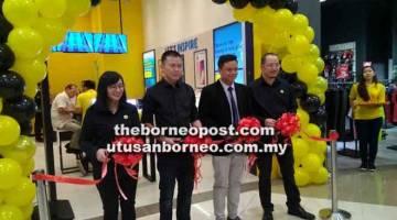 KUNJUNGI KAMI: (Dari kiri) Chua, Wong, Erwin dan Goh memotong reben sebagai simbolik pembukaan outlet baharu DSE di AEON Mall Kuching Central, Kuching, semalam.