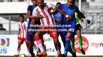 KEMBALI BERAKSI: Bobby dikawal pemain UKM FC pada saingan Liga Perdana di Stadium Negeri Kuching pada 14 April lalu.