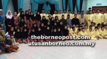 UNTUK ALBUM: Bergambar kenangan dengan anak-anak yatim semasa majlis bersahur di Kompleks Hamidah Yakup.