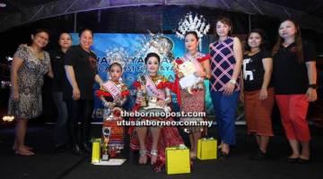 BERTUAH: Pemenang Kumang Gawai Kanak-kanak 2018 GDB, Ezra (duduk), pemenang tempat kedua, Eve (empat kiri) dan ketiga, Eliszabeth, (empat kanan) bersama-sama jawatankuasa penganjur.