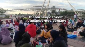 HARMONI: Orang ramai berbuka puasa sambil berkelah di hadapan mercu tanda negeri ini sekitar Tebingan Sungai Sarawak.