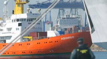 SELAMAT TIBA: Kapal penyelamat Aquarius yang membawa 630 pendatang memasuki pelabuhan tenggara Valencia semalam             selepas pelayaran selama seminggu di Laut Mediterranean. — Gambar AFP