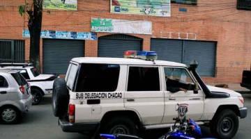 LOKASI KEJADIAN: Kenderaan Badan Siasatan Saintifik, Penal dan Jenayah (CICPC) melintasi               kelab Los Cotorros, di mana sekurang-kurangnya 17 maut selepas kanister gas pemedih mata diletupkan di dalamnya, di Caracas, Venezuela kelmarin. — Gambar Reuters