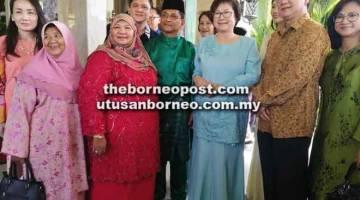 DITERIMA BAIK: Christina (tiga kanan) bersama Timbalan Ketua Menteri merangkap Menteri Kerajaan Tempatan dan Perumahan Datuk Jaujan Sambakong (empat kanan) dan tetamu kehormat lain.