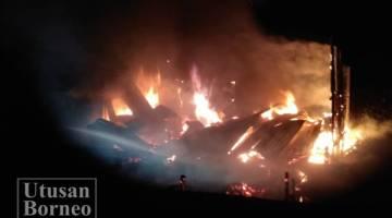 KEADAAN kebakaran yang memusnahkan kontena penyimpanan barang Kompleks Sukan Tawau.