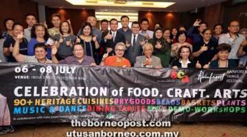 SERTAI KAMI: Dona (tengah) bersama yang lain selepas sidang media mengenai peng-anjuran 'Festival Makanan, Kraf dan Kesenian' di Kuching, semalam.