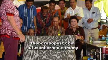 PENUTUP GAWAI: Penguang serta isteri mengetuai upacara menggulung tikar sebagai simbolik Majlis 'Gawai Ngiling Tikai' di Rumah Sayun.