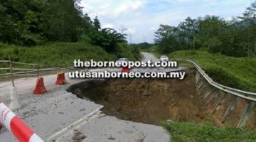 BERBAHAYA: Runtuhan yang awalnya kecil sahaja, kini semakin membesar dan hampir merosakkan seluruh struktur jalan di KM13 Jalan Murum.