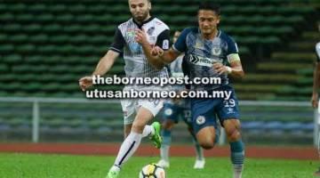 KECUNDANG: Penyerang Sarawak, Bobby Gonzales (kanan) dikawal ketat pertahanan PDRM pada pertemuan Liga Premier 2018 di Stadium Shah Alam kelmarin.