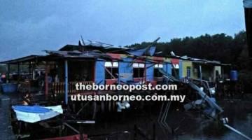 FENOMENA ALAM: Angin kencang berlaku lewat petang kelmarin menyebabkan bahagian atap rumah tersebut musnah diterbangkan angin.