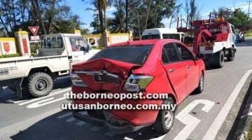 ROSAK: Keadaan salah sebuah kereta yang kemek bahagian belakang akibat kemalangan berangkai tersebut.