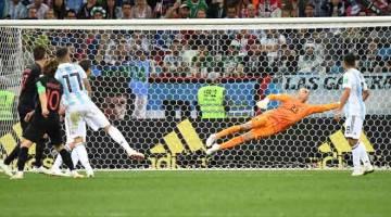 CEMAS: Sebahagian daripada babak-babak aksi perlawanan kedua Kumpulan D di antara Argentina dan Croatia di Stadium Nizhny Novgorod. — Gambar AFP