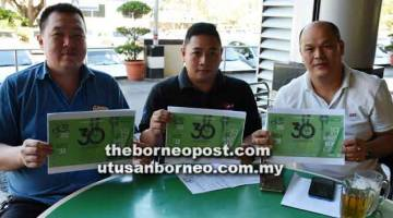 ULANG TAHUNKE-30: Sia Wei Tiung, Teo dan Hii Siew Kuok (dari kiri) menunjukkan program Farley Run anjuran Farley Mini Market Bintulu pada 19 Ogos.