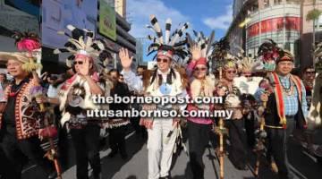HARMONI: Abang Johari (tiga kiri) menyertai perarakan Gawai Dayak 2018 di Kuching semalam. Turut kelihatan Uggah (tiga kanan), Masing (dua kanan), Rundi (dua kiri) serta pemimpin yang lain.
