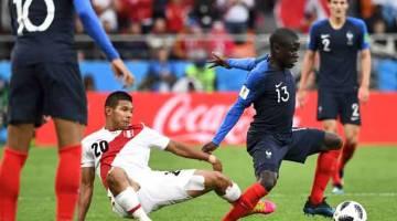 TANGKAS: Aksi Kante (kanan) ketika beraksi dalam perlawanan Piala Dunia Kumpulan C di antara Perancis dan Peru di Ekaterinburg Arena. — Gambar AFP