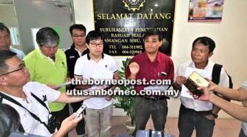 PENDEDAHAN: Chen (dua kanan) bercakap kepada pemberita di Sibu, semalam.