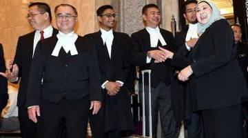 TAHNIAH: Menteri Muda di Pejabat Ketua Menteri (Undang-Undang, Hubungan Negeri dan Persekutuan dan Pemantauan Projek) Sharifah Hasidah Sayeed Aman Ghazali (kanan) bersalaman dengan Peguam Besar Negeri Sarawak Datuk Talat Mahmood Abdul Rashid di Mahkamah Persekutuan, Putrajaya semalam. Turut kelihatan, Penasihat Undang-Undang Negeri Sarawak Dato Sri J.C. Fong (dua kiri). — Gambar Bernama