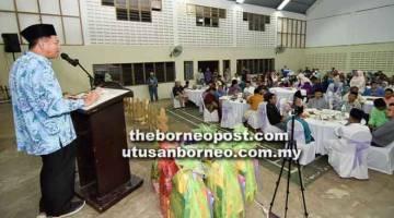 SEMUA DIBANTU: Daud berucap pada sambutan Hari Raya Aidilfitri di Dewan Serbaguna Kampung Brunei, Kimanis.