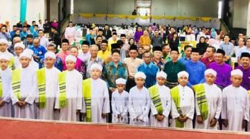 EWON bergambar bersama para pegawai dan kakitangan KPLB serta kanak-kanak daripada Maad Tahfiz Nahdatul Ilmiah Taman Sempelang.