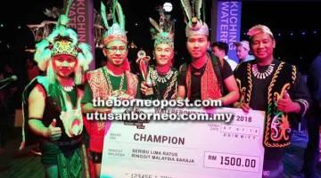 KAMI JUARA: ER ketika merakamkan kenangan bersama hadiah yang dimenangi oleh mereka selepas mengungguli WMF 2018 di Kuching.