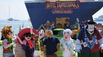 KEMBALI LAGI: Gambar fail yang diambil pada 7 Mei 2018 ini menunjukkan Tartakovsky (tengah) semasa sesi bergambar untuk filem animasi 'Hotel Transylvania 3 : A Monster Vacation' sehari sebelum acara pembukaan Festival Filem Cannes ke-71 di Cannes, selatan Perancis.  — Gambar AFP