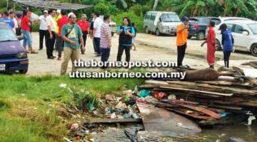 MENJIJIKKAN: Timbunan sampah-sarap terdampar di tebing Kampung Bebuloh Laut.