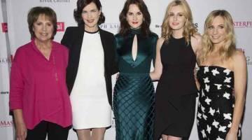 BARISAN PELAKON: (Dari kiri) Penelope Wilton, Elizabeth McGovern, Michelle Dockery, Laura Carmichael dan Joanne Froggatt semasa satu sesi bergambar di Beverly Hills, California pada 21 Ogos 2015.  — Gambar Reuters
