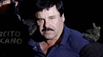 KETUA SINDIKET: Gambar fail 8 Januari, 2016 menunjukkan Guzman dieskot anggota tentera di Kota Mexico, Mexico. — Gambar Reuters