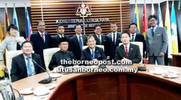 PETER (duduk, kanan) bersama Baru (tengah), Mohd Anuar (dua dari kiri) dan Richard (kiri) bersama wakil ketua jabatan KKRM dan KPI.