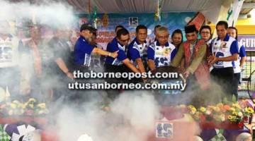 DILANCAR: Mahmud (tengah), Janudin (dua kanan) serta tetamu lain melancarkan Program Transformasi Sekolah 2025 di SK Tatau.