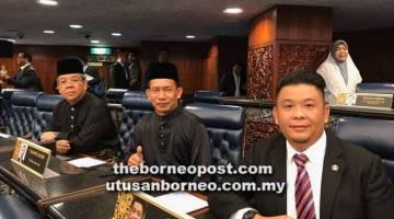 ENDA NINGKAH: MP Sibuti, Lukanisman Awang Sauni begulai enggau dua MP ke bukai agi ngenanka diri ba pengawa nyiri speaker Dewan Rayat ke baru.