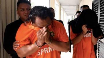 BANTU SIASATAN: Pegawai Suruhanjaya Pencegahan Rasuah Malaysia (SPRM) mengiringi dua individu untuk mendapatkan perintah tahanan reman di Mahkamah Majistret semalam, bagi membantu siasatan berhubung meminta rasuah bagi mendapatkan projek. — Gambar Bernama