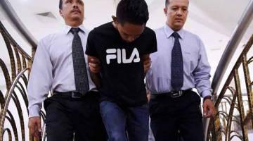 TERIMA PADAH: Mohd Shaiful (tengah) dihadapkan ke Mahkamah Sesyen Kuantan semalam, atas dua tuduhan menyebarkan berita palsu sehingga menyebabkan rusuhan di Taman Perindustrian Kuantan Malaysia-China (MCKIP) pada 11 Julai lalu. — Gambar Bernama
