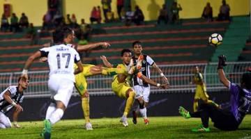 GOL!: Baddrol Bakhtiar (tengah) menjaringkan gol pertama skuad Lang Merah pada perlawanan Liga Super menentang Terengganu di Stadium Darul Aman, Alor Setar malam kelmarin. — Gambar AFP