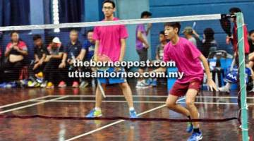 TANGKAS: Aksi pemain SMK Batu Lintang, Edward Ngui Shi Jie (kiri) dan Freddy Phang Kin Tung dalam kategori beregu lelaki menentang SMK Subis. Mereka menang mudah 21-6, 21-5.