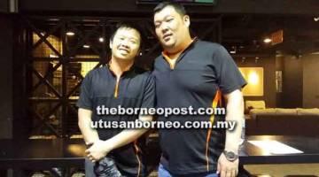 TERUS BERSAING: Pemain Elite 3, Alfred Chong (kiri) dan Benny Teo bergambar bersama.