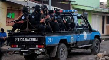RONDA: Anggota Pasukan Khas meronda jalan raya selepas pertempuran dengan penunjuk perasaan anti-Ortega di kawasan kejiranan Monimbo di Masaya, Nicaragua kelmarin. — Gambar Reuters