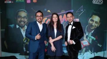 PROGRAM BAHARU: Johan (kiri) dan Zizan (kanan) bersama Norzeha Mohd Salleh, Pengurus Saluran Astro Warna.