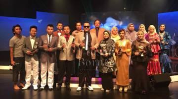 Abang Johari dan Juma'ani merakamkan gambar kenangan bersama para pemenang dan peserta lain untuk Pertandingan Bintang P.Ramlee dan Wanita Era P.Ramlee Zon Sarawak 2018 di Kuching, malam tadi.
