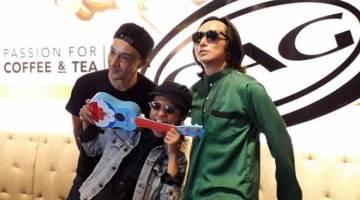 BERSATU KEMBALI: Sesi bergambar bersama Qi Razali, Ammal dan Radhi dari kumpulan OAG pada pelancaran Infiniti di Kuala Lumpur baru-baru ini.  — Gambar Bernama