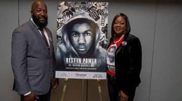 SIRI BAHARU: Gambar fail bertarikh 16 Mei 2018 ini menunjukkan (dari kiri) Tracy Martin dan Sybrina Fulton  semasa menghadiri tayangan 'Rest in Power: The Trayvon Martin Story' di Washington, DC.   — Gambar AFP