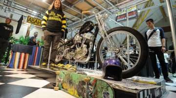 KEBANGGAAN: Legenda skateboard Pa'Din turut membina khas sebuah motosikal 'streetcub' dengan kerjasama Mudah.my sebagai Vendor Motosikal Rasmi.