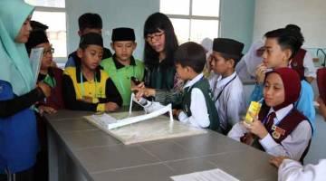 DAFTAR: Guru mengiringi murid-murid mereka mendaftar menyertai program Outreach Sains anjuran IPGKTAR baru-baru ini.