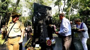 PENGHORMATAN: Sebahagian anggota keluarga Tentera Australia dan British meletakkan kalungan bunga di Tugu Taman Peringatan Sandakan pada Majlis Hari Memper- ingati Sandakan di Sandakan semalam. — Gambar Bernama