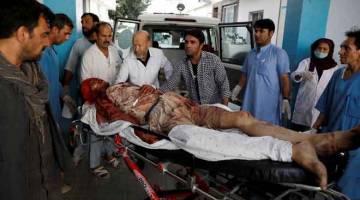 CEDERA PARAH: Seorang lelaki yang cedera parah dibawa ke sebuah hospital selepas letupan bom di Kabul, Afghanistan                                kelmarin. — Gambar Mohammad Ismail/Reuters