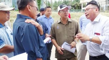EWON mendengar penjelasan daripada James mengenai pembangunan bekalan air Pitas.