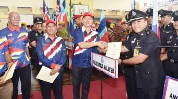 MADIUS (empat dari kiri) menyampaikan sijil kepada Kontinjen Pasukan Polis Diraja Malaysia (PDRM).