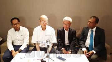 LEE (tengah) bercakap kepada media selepas majlis itu.