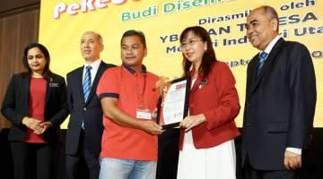 TERESA Kok menyampaikan Anugerah Industri Sawit 2018 kepada salah seorang peserta pekebun kecil sawit sempena Persidangan Kebangsaan Pekebun Kecil Sawit 2018 hari ini.