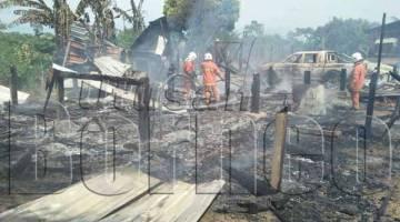 ANGGOTA bomba memadam bara-bara api dan membuat pemeriksaan menyeluruh bagi memastikan tiada kemerbahayaan lain.